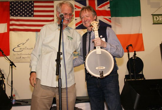 Deering present Steve Noon with uke banjo at Banjo 11